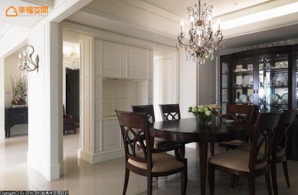 设计师勾勒美感调性,以门框的形式巧妙划分功能区域,并能营造空间的穿透感;餐厅与起居室间的墙面,设计旋转式电视,并可依照屋主的使用转换位置。