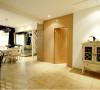 白色简洁装饰起来的客厅看上去简洁素雅,实木门的设计显得温馨,整体感觉起来舒适
