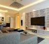 设计师在客厅上只用了简单的壁纸做为装饰,没有过多繁琐的装饰,使得原本不大的房间看起来简单明快。
