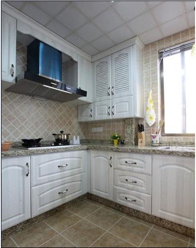 整体在色彩的运用上,质朴而安静。深色石材与地砖的搭配,柔美的轮廓线条在品质上又得到一种提升。精致的橱柜造型设计,也给厨房增加几分浪漫的小情怀,自由中也蕴含着浓浓的家的温馨。