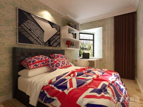 次卧的部分在这里选用了淡绿色的印花壁纸,搭配英伦范儿的床饰,是个空间时尚、简约。
