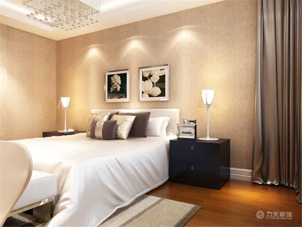 室整体温馨舒适,床头背景以挂画结合壁纸的形式,配以大气的家具。其中欧式造型窗帘的搭配让卧室更加魅力。