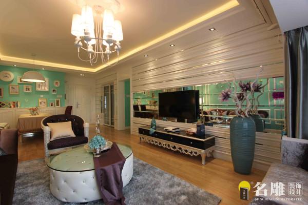 名雕肖军作品—都市新贵—客厅电视背景是用古典欧式的线条为设计元素贯穿前面一整面墙体,穿插镜面,不锈钢材质体现个性以及新古典主义的高贵感。