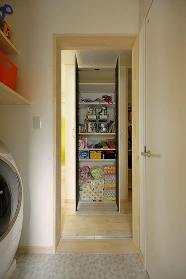 装饰Tips:洗衣机的上方的收纳架,使得物品的摆放一目了然,方便拿取。。嵌入式的分层收纳柜,不仅有效的提高了空间的利用率,还可以放上家中闲置的杂物,让空间更显整齐。