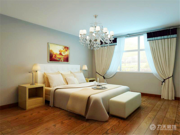 卧室里没有做太多的造型,卧室的顶面是平顶,四周的墙面也是咖色乳胶漆,而地面铺了实木地板,整个空间既简单有不失大方。