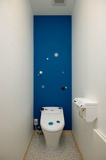 装饰Tips:卫生间的墙壁用了硅藻土,具有除臭和调节湿气的作用。墙壁上和马桶上的小花朵,彰显出清新淡雅的情调。海蓝色的一面墙壁,成为了空间的一大亮点。
