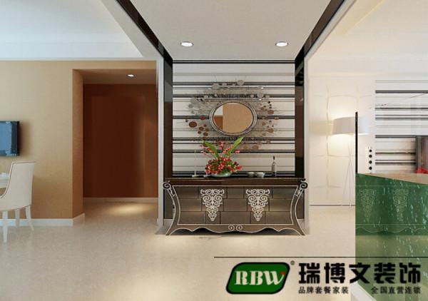 户型中进门就是一个玄关,业主玄关的位置设计了一个案几,是进门的一道风景也可以比较实用,顶上的造型及时一个功能区的分区也是是长走廊的一个回旋