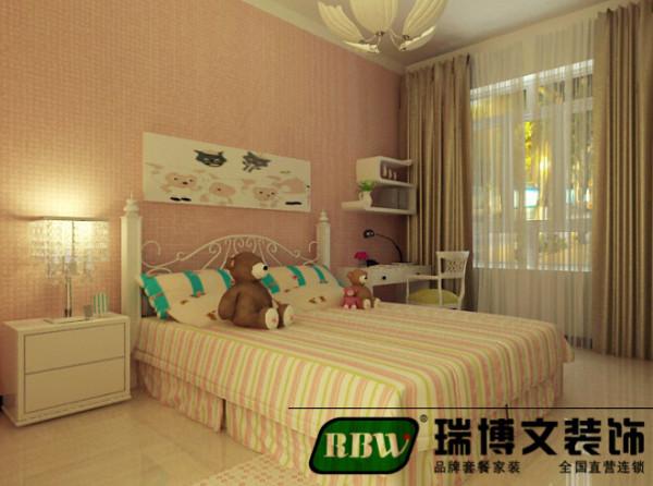 卧室的是比较简单的,淡色的色漆,搭配简单的条纹床单和小熊的玩具,有一种活跃的跳动的儿童房。