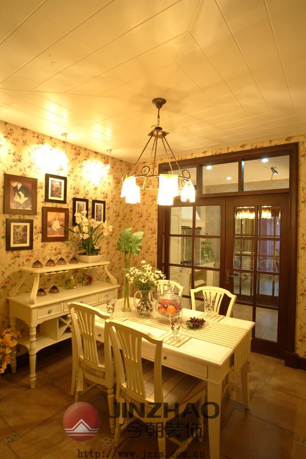 新鲜的黄绿色,素雅的装饰让人感到整个房间都清爽宜人,甚至连空气都变得纯净清新了。不可缺少的是充足的阳光和令人神情气爽的微风。素雅的小碎花装饰让房间纯净之中透着一丝温馨。