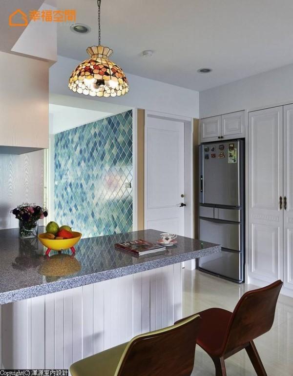 屋主心喜的蓝绿色彩,转以进口瓷砖元素斜贴为墙,在素雅色调里聚焦成为视觉亮点。
