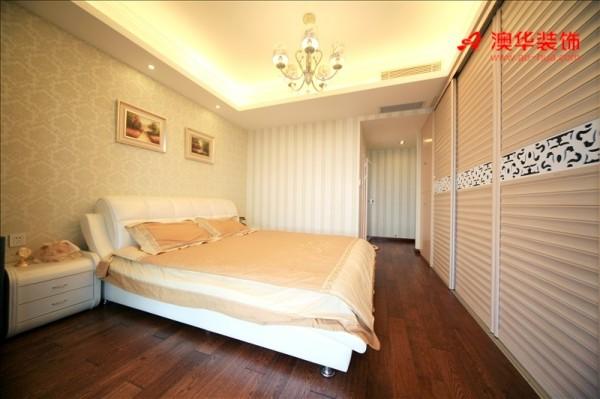 次卧室以实用为设计主旨,整面墙的定制衣柜设计,最大程度的满足了安安的储物需求。同样淡雅清新的空间色调,实现空间设计的整体性。