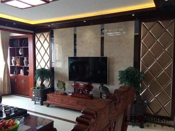 客厅电视造型陈设细节,采用大地砖上墙的方式凸显品质,搭配实木线条吊顶,以及软包装饰,加上家具陈列,整个格局显得大气沉稳。