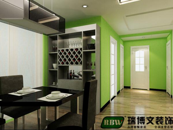 餐厅的位置为了生活的实用性考虑做了一个酒鬼,酒柜搭配的是白色的酒柜