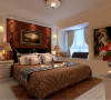 从简单到复杂,从整体到局部,床头壁灯的对称型,顶部圆形吊灯,造型演变从园到方,软包,地毯,及床品更彰显材料的精细与贵气。