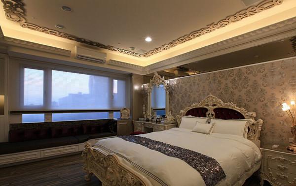 主卧室采用复古色的花纹美化天花板,框饰出独特的华丽感。