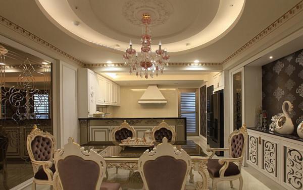 玄关和餐厅之间,运用镜雕屏风划分界线,亦是餐厅的主要造型之一。