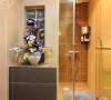 卫浴的设计贴合墙体做了规划,看似不大不小的空间,恰到好处的将功能发挥到极致;