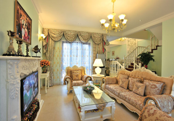 客厅的色调以浅色为主,搭配多姿曲线的沙发,打造了奢华且宜居的空间。怀古的浪漫情怀与现代人对生活的需求相结合,兼容华贵典雅与时尚现代,让室内显示出豪华、富丽的特点,充满强烈的动感效果。