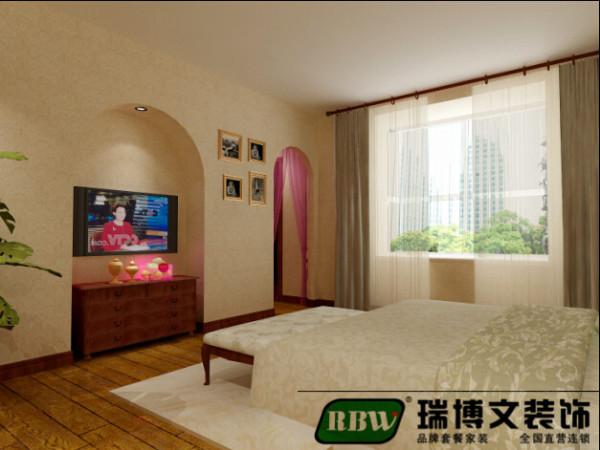 美式家居的卧室布置较为温馨,作为主人的私密空间,主要以功能性和实用舒适为考虑的重点,一般的卧室不设顶灯,多用温馨柔软的成套布艺来装点,同时在软装和用色上非常统一,为了凸出木质本身的特点 。