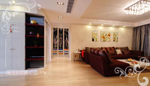入门正对面主人设置通廊,空间结构上大致有卫浴、卧室、储藏室等,设计师在考虑空间的同时加入了顶部设计,顶部四周运用节能灯和玻璃饰品,过渡到私密空间;