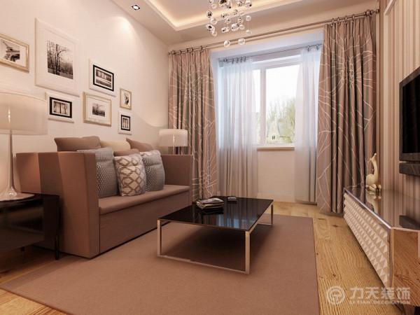 沙发为灰咔色布艺,茶几为现代烤漆和高亮不锈钢相结合,电视柜也为现代烤漆材质 与高亮不锈钢材质相结合,
