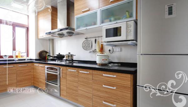 厨房格局利用空间层次将功能多元化,上下的存储空间足够丰富,且下方利用了欧式设计,设置嵌入式烤箱,如此精良的美食装备,值得选择