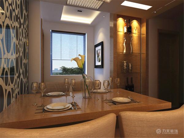 餐厅采用的是木色的结构,和客厅相互呼应,和餐桌相挨着的墙面采用反光材质,会给人一定的视觉错觉,使餐厅没有束缚,即使在小的空间也做到简约,使用。