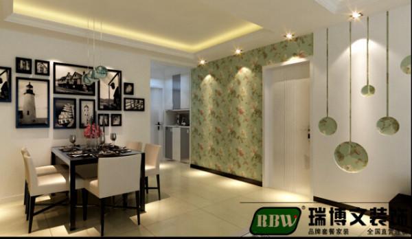 客厅的整体是比较简约的设计,现在的房高一般都是2.7米左右不 适合大面积的做造型,在四边走一个造型整体既不显的太空旷又装点了 整体的风格。