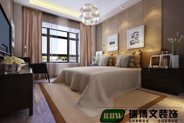 主要表现了舒适的休息睡眠空间以舒适实用为主,案例中配以舒适的双人大床,配上干净 的床上用品,地毯和地板的结合,柔和了整个空间的色调,增加了温馨的暖意。床头造型和色漆的搭配,让人在睡眠的时候感觉踏实。
