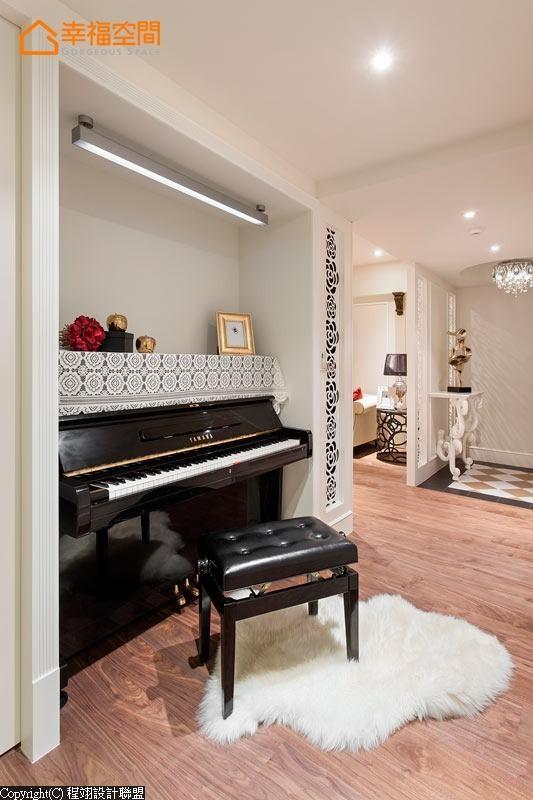 客厅转入钢琴间的交接处,看似古典线板与镂空花卉的柱体,实为机柜机能以及通风使用,帮屋主贴心设想。