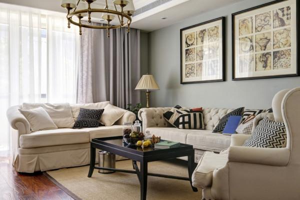 窗帘与沙发布艺应在颜色和质感上搭对,同时沙发布艺能与墙面色彩遥相呼应,构成柔和曼妙的色彩对比,再加上合适颜色的家具,整个房间的颜色搭配就能达到既和谐又精彩的效果。