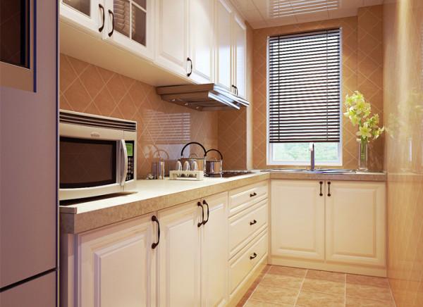 设计理念:原厨房为结构墙,空间狭小且都是承重墙,设计师通过设计,将其设计为L型橱柜,烟机暗藏在吊柜呢,使厨房操作及储物空间利用最大化,在配色上设计师为其搭配浅色墙砖并菱形铺贴