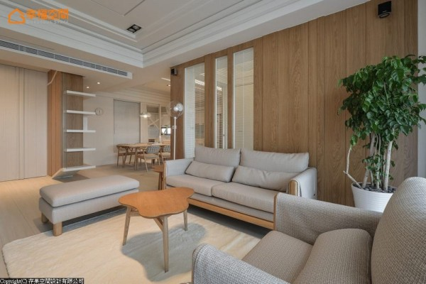 位于左侧廊道底端的玄关,入门后开始一连串的收纳机能,由鞋柜延伸至餐柜端景,以直条纹与木质墙面呼应的白色立面,为储藏空间的修饰。