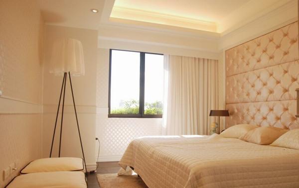 微调放大的主卧房,菱格纹与香槟金的经典,在床头主墙用色彩、质料一扫公领域的冷色调,并以精选立体壁纸铺陈出奢美的空间温暖。