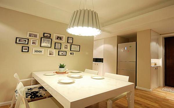餐区墙面用照片墙做为装饰,使本身用餐交流的地方更具温馨,单独纹饰座椅的搭配,现代吊灯的配合,使餐厅设计又不失艺术性。