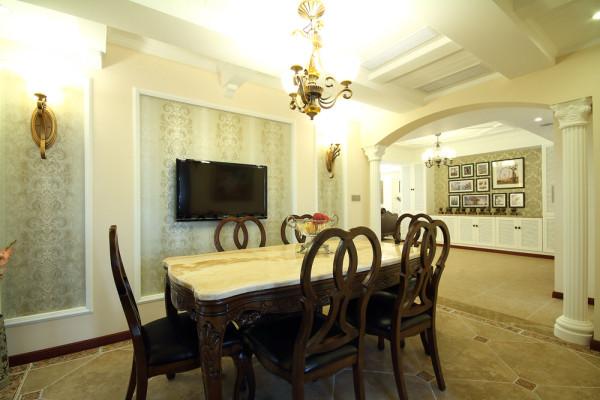 餐厅与客厅呼应,白色雕花拱门、中西厨房的设置让餐厅的功能显得尤为丰富,配合欧式灯具、大理石地板,雕花窗体,显得精致典雅;