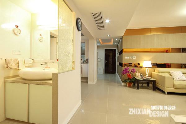 整个通廊开阔具有连接性,可以看到整个室内空间的三大部分,客厅、客厅对面的餐厅、洗手间,餐厅和客厅位于同一侧,空间独立完整开阔,而且符合空间设置的基本风水学;