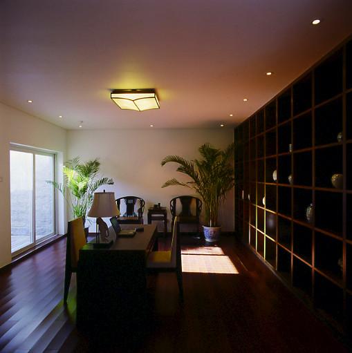 在空间设计中,楼梯间进行天井的考量,使之融入客厅,秉承苏州园林设计中空间通透原则,两者互相