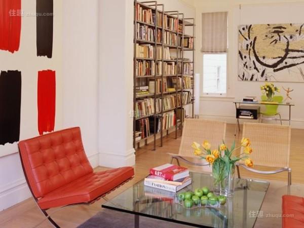 阅读区的红色巴塞罗那椅成为空间亮点,带来愉快的阅读时光。