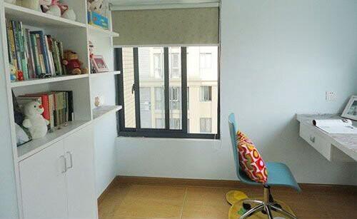 业主需求2:室内空间小,客厅外的阳台没必要,可以怎么利用?设计师建议:可以把阳台包起来。将阳台和书房之间的墙壁打通、开一扇门。阳台变成了书房,而原来书房的位置可以当客房,这样相当于室内又多了5㎡的空间。