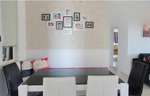 业主需求2:餐厅小,放不下大餐桌,用小餐桌的话,朋友来了也不够坐.设计师建议:靠墙定制一个卡座,可以节省一部分餐厅空间,还很方便让小朋友坐。平时看上去很休闲,还可以储物,是小户型餐厅的首选。