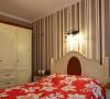 卧室的衣柜线条结构简练利落,返璞归真的象牙白古朴而雅致