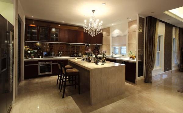 """本次设计以 """" 高贵 """" 为主体,为业主打造出全新的居住空间,整体风格为欧式 新古典风,色彩主调为典雅高贵的暗金色,和棕色、亮白交织成华丽的色调。结 合软包和艺术吊灯"""