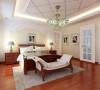 1整体的白色调简单庄重,与空间整体相协调;2、精心设计的欧式家具,展现出恰到好处的优美线条;3、菱形吊顶与特色吊灯的使用,凸显了卧室别具一格的特色。