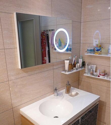 卫生间浴室柜,因为没有选镜柜所以很多的小东西都摆在了另外的几个小小置物架上