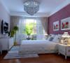 卧室是主人休息的地方,而客户想有独立的生活空间,要求在卧室放电视,深灰色的地毯与红木色的木地板使整个空间凸显的更有层次感,墙面采用白色墙漆,床头背景墙通铺玫瑰红暗花的壁纸,将床头背景呈现的更加和谐。