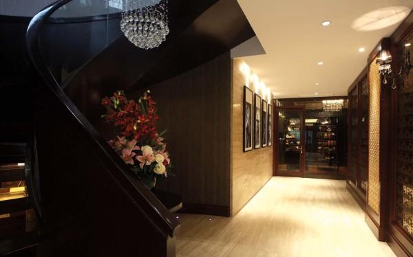 """本次设计以 """" 高贵 """" 为主体,为业主打造出全新的居住空间,整体风格为欧 式新古典风,色彩主调为典雅高贵的暗金色,和棕色、亮白交织成华丽的色调。 结合软包和艺术吊灯, 给人以家的归属感和舒适感"""
