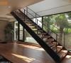 钢构楼梯宛若空间装置艺术,以傲然之姿立于场域后方,而梯下的架高平台区,也是祖孙赏景、玩乐的休憩空间。