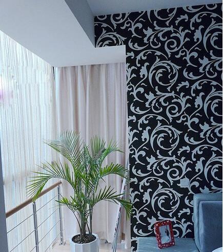 主卧室的小阳台,放上一盆绿色的植物甚是清爽。壁纸色调很简洁
