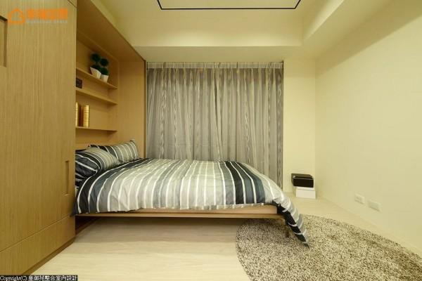 隐藏于平整柜子内的双人床,让长辈偶而来访也能舒适地休息。